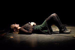 "Theaterhaus G7 ""Es kommt der Tag"", mit: Sina Peris, Regie: Pascal Wieandt, Ausstattung: Marcela Snaselova Foto Thomas Troester"